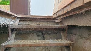 Демонтаж старой лестницы