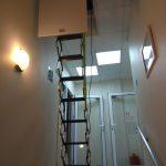 Выравнивание лестницы в проеме перед закреплением